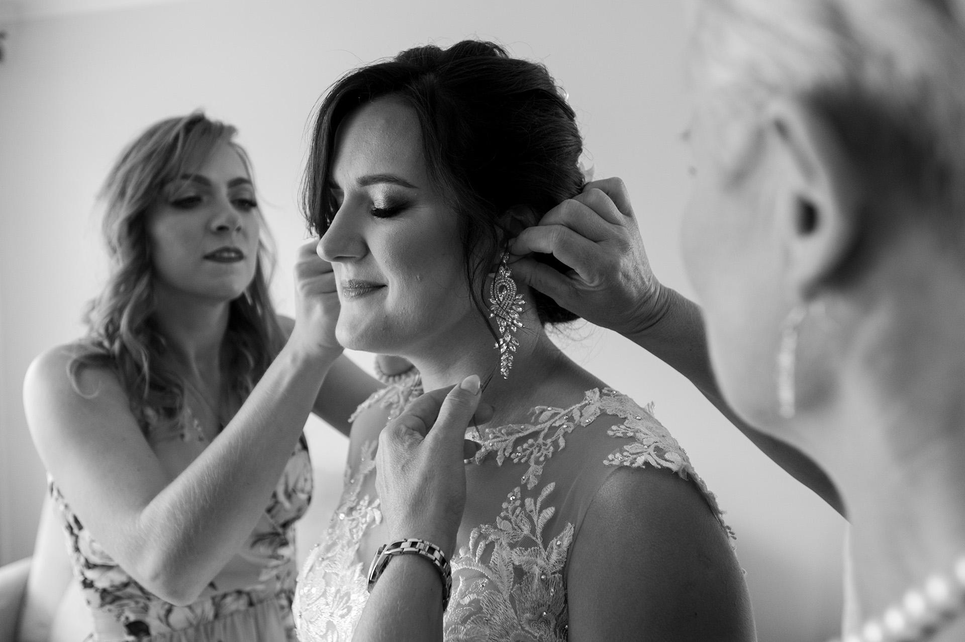 zdjęcia ślubne przygotowania biżuteria ślubna