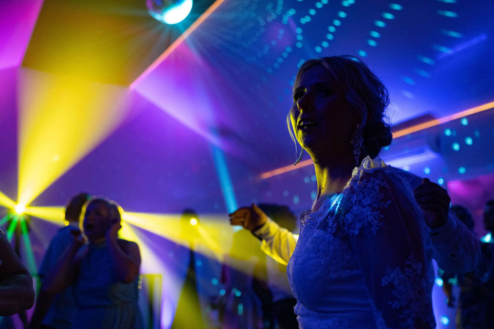 zabawy weselne zdjęcia podczas weselnych tańców
