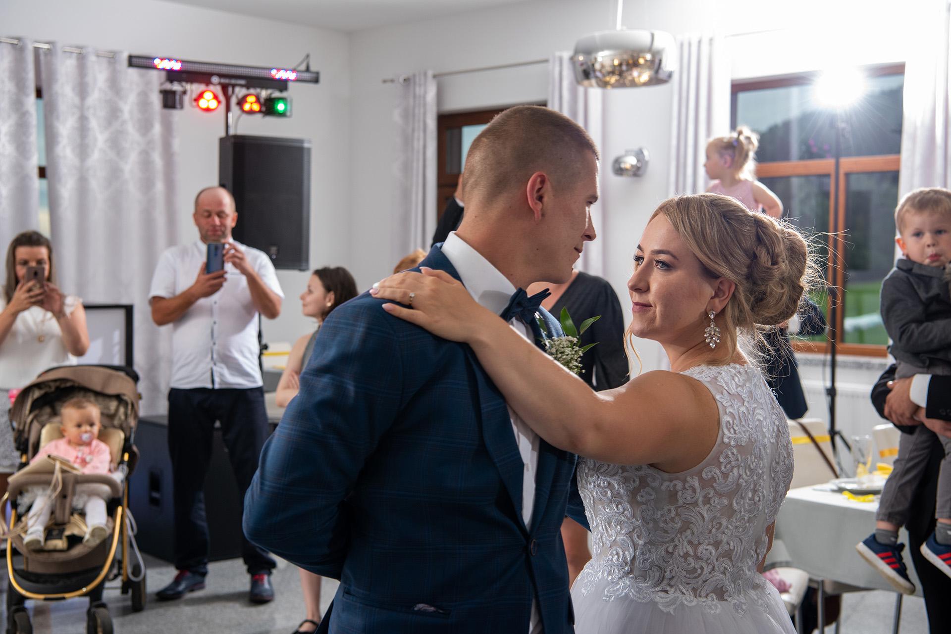 pierwszy taniec wesele - fotograf ślubny - fotografia ślubna - zdjecia podczas wesela