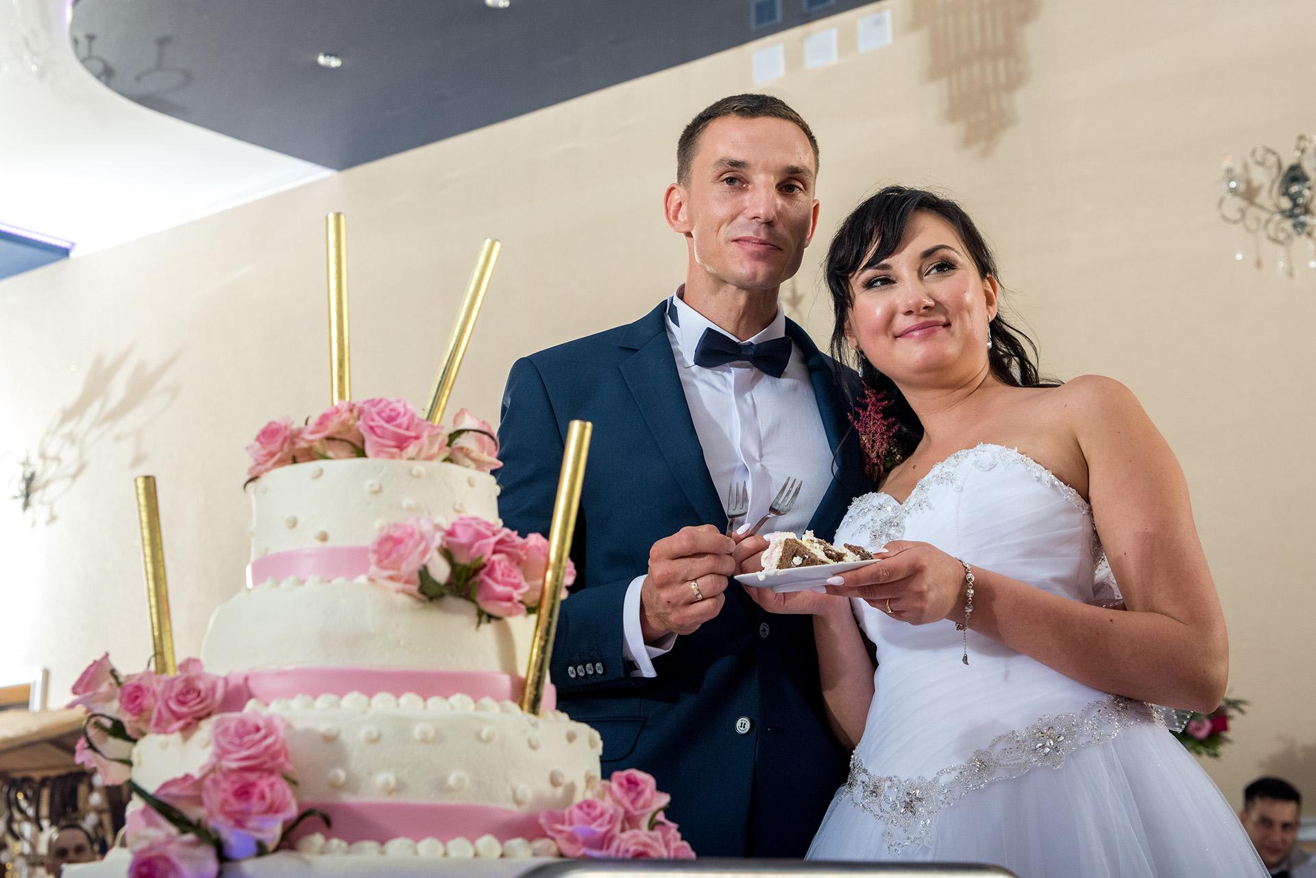 tort weselny wesele - fotograf ślubny - fotografia ślubna - zdjecia podczas wesela