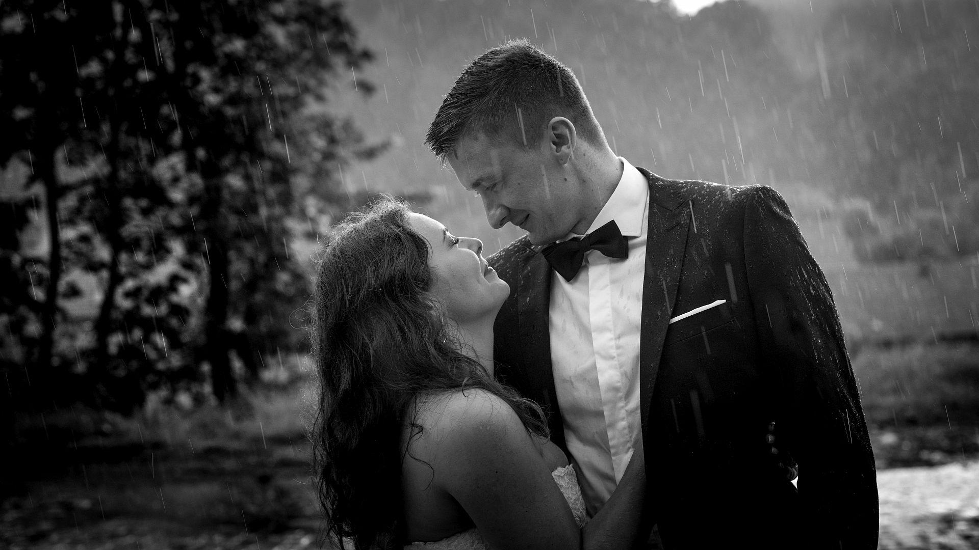 Para młodych zaślubionych podczas pleneru ślubnego,